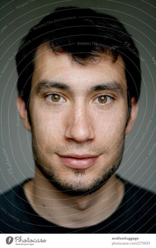 nicolas ist glücklich. Mensch maskulin Junger Mann Jugendliche Gesicht 1 18-30 Jahre Erwachsene schwarzhaarig Dreitagebart lachen Liebe Blick Freundlichkeit