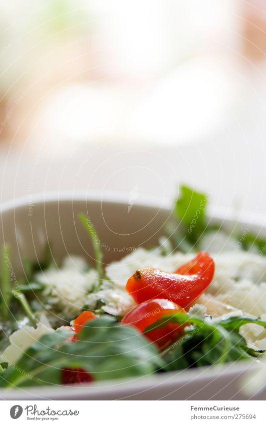 Rucolatomatensalat. Lebensmittel Ernährung Gesunde Ernährung Fitness Gemüse Geschirr Restaurant Gleichgewicht Teller Bioprodukte Abendessen Diät Schalen & Schüsseln Mittagessen Tomate Vitamin