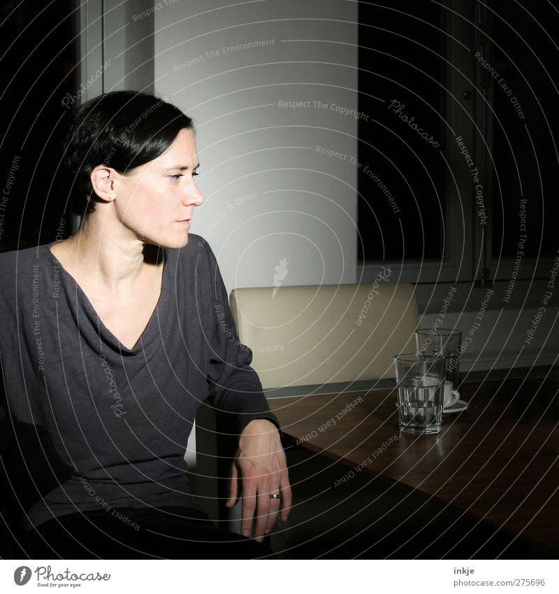 Kurzgeschichten im Quadrat Mensch Jugendliche schön Erwachsene Gesicht feminin Leben Junge Frau Stil Denken träumen Stimmung Glas Wohnung sitzen warten