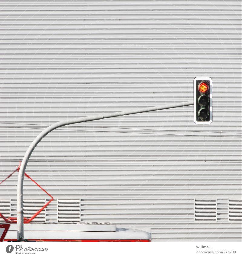 ampeltrude [1] rot grau Fassade warten Verkehr stoppen Bogen Ampel Verkehrsmittel Straßenbahn Bahnfahren Öffentlicher Personennahverkehr Schienenverkehr Signal