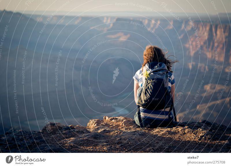waiting for the sun feminin Frau Erwachsene 1 Mensch Felsen Berge u. Gebirge Schlucht Erholung Blick träumen warten blau braun Zufriedenheit ruhig Ferne