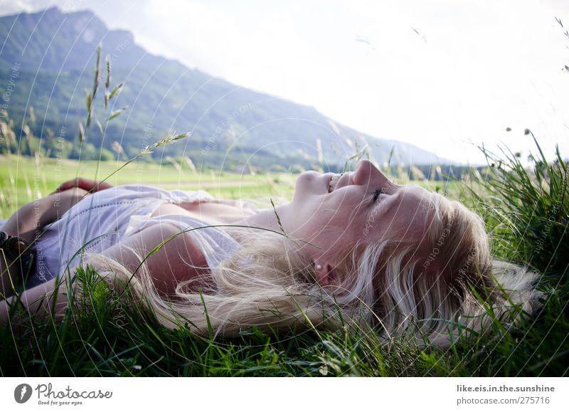 frühlingsgefühle. feminin Junge Frau Jugendliche Erwachsene Leben 1 Mensch 18-30 Jahre Natur Schönes Wetter Gras Wiese Alpen Berge u. Gebirge Kleid blond