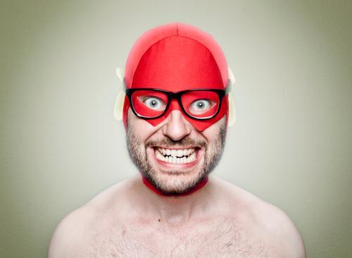 Superhero Mensch maskulin Junger Mann Jugendliche Erwachsene 1 30-45 Jahre beobachten Lächeln rot Held Brille Brillenträger Freak verrückt skurril Humor lustig
