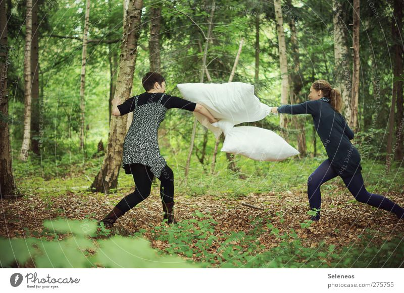 Kissen schlachten! Jetzt! Mensch Frau Natur Baum Pflanze Freude Erwachsene Wald Landschaft Umwelt feminin Spielen Haare & Frisuren Freizeit & Hobby Bekleidung Schönes Wetter