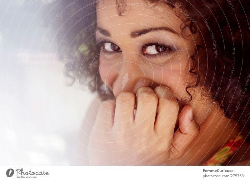 Verschmitzt. Mensch Frau Jugendliche Hand schön Freude Erwachsene feminin Junge Frau lachen Stil 18-30 Jahre elegant ästhetisch Lifestyle Lächeln