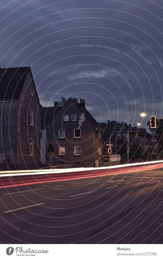 Autos und Häuser Wolken Haus Landschaft Fenster Straße Gebäude PKW Beleuchtung Deutschland Ordnung Energie Verkehr Asphalt violett Verkehrswege Langeweile
