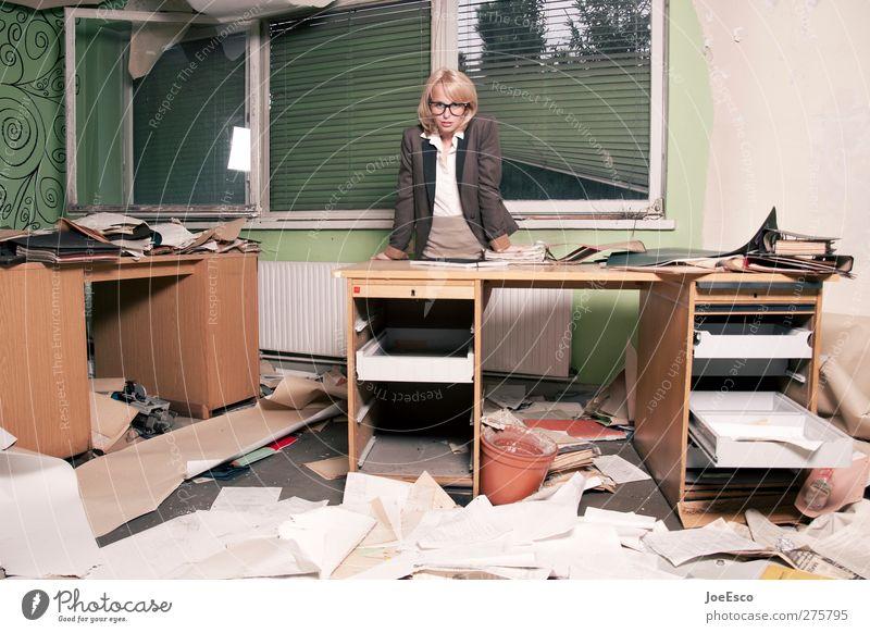 #217896 Jugendliche Erwachsene Mode Büro Business 18-30 Jahre Arbeit & Erwerbstätigkeit Raum blond stehen Studium kaputt Brille Kommunizieren Umzug (Wohnungswechsel) Schreibtisch