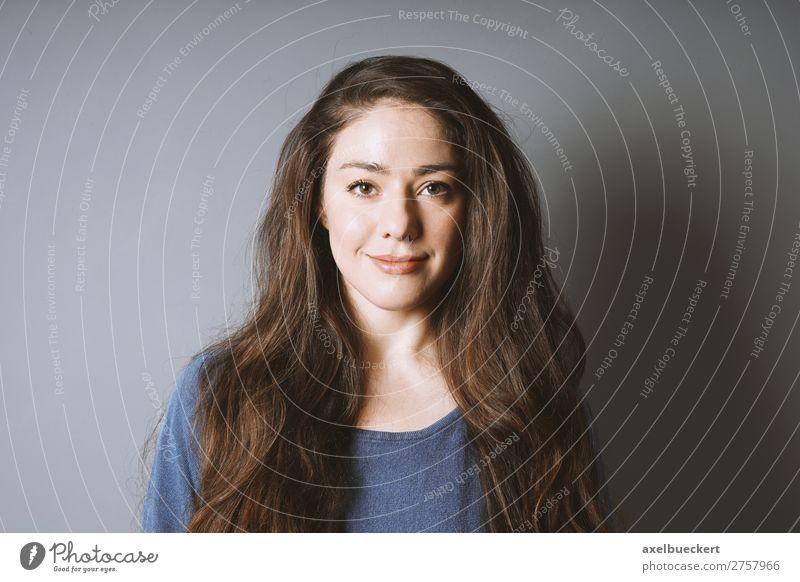 brünette junge Frau lächelt zufrieden Mensch feminin Junge Frau Jugendliche Erwachsene 1 18-30 Jahre langhaarig Lächeln positiv Gefühle Fröhlichkeit