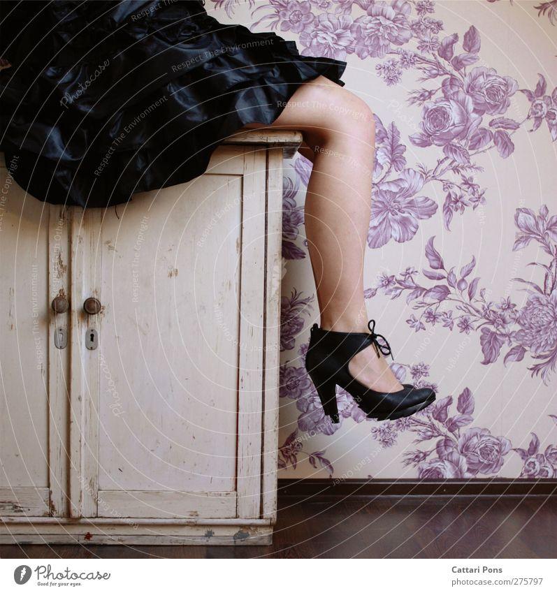 sitting in her garden Stil feminin Junge Frau Jugendliche Erwachsene Kleid Damenschuhe Erholung sitzen alt dunkel einzigartig dünn Muster Tapete Tapetenmuster