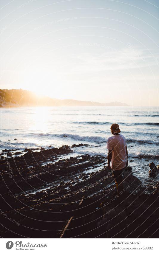 Mann mit Kamera auf Küstenfelsen Tourist Klippe Meer Felsen Schüsse Fotokamera Fotograf Ferien & Urlaub & Reisen Tourismus Natur Landschaft Wasser Sonne