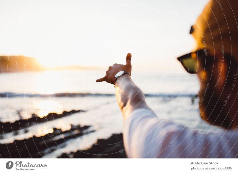 Crop Mann Stretching Arm macht gute Geste Mensch Hand Meer Landschaft Wasser Küste