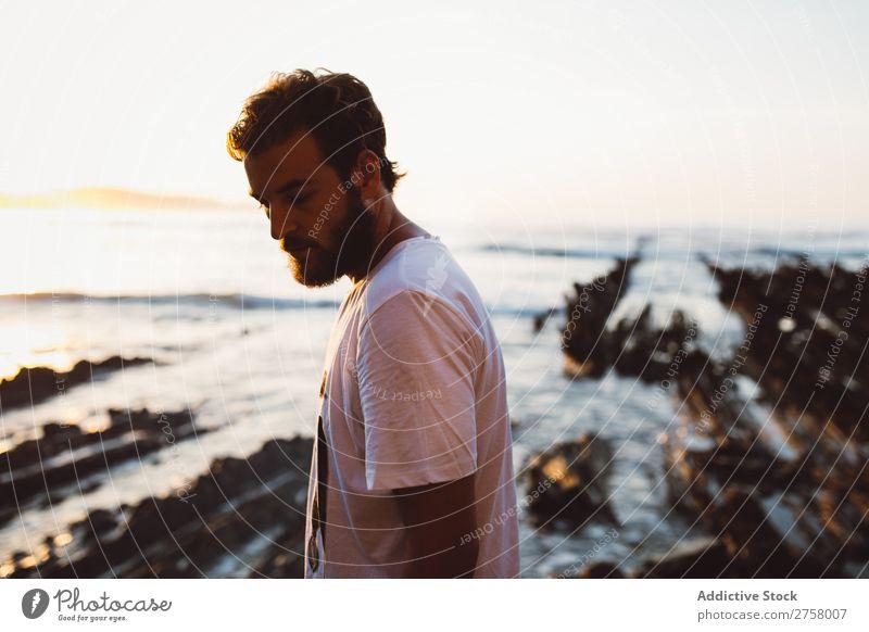 Mann, der auf einem Felsen posiert. Tourist Klippe Meer Ferien & Urlaub & Reisen Tourismus Natur Landschaft Küste Wasser Sonne Freiheit Stein natürlich