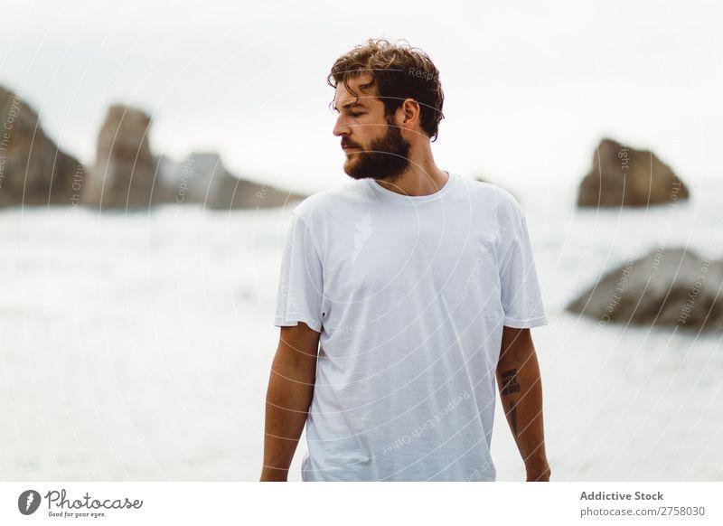 Mann, der auf einem felsigen Strand steht. Tourist Klippe Meer Felsen Ferien & Urlaub & Reisen Tourismus Natur Landschaft Küste Wasser Sonne Freiheit Stein