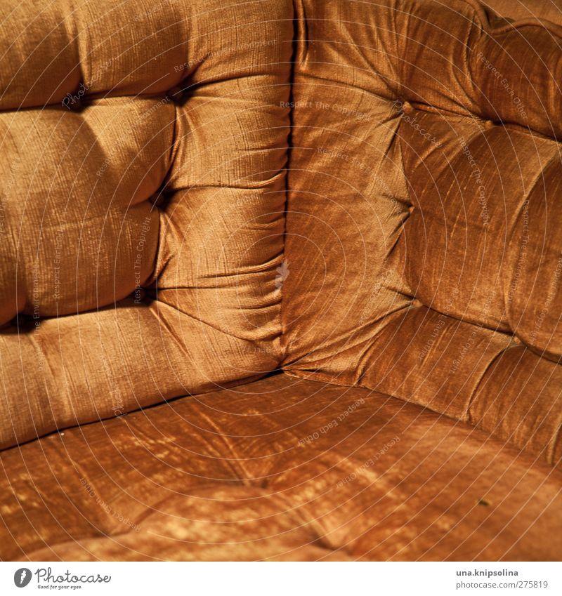ecke Häusliches Leben Innenarchitektur Möbel Sofa Sessel alt retro orange Samt sitzen Farbfoto Innenaufnahme Detailaufnahme Muster Strukturen & Formen