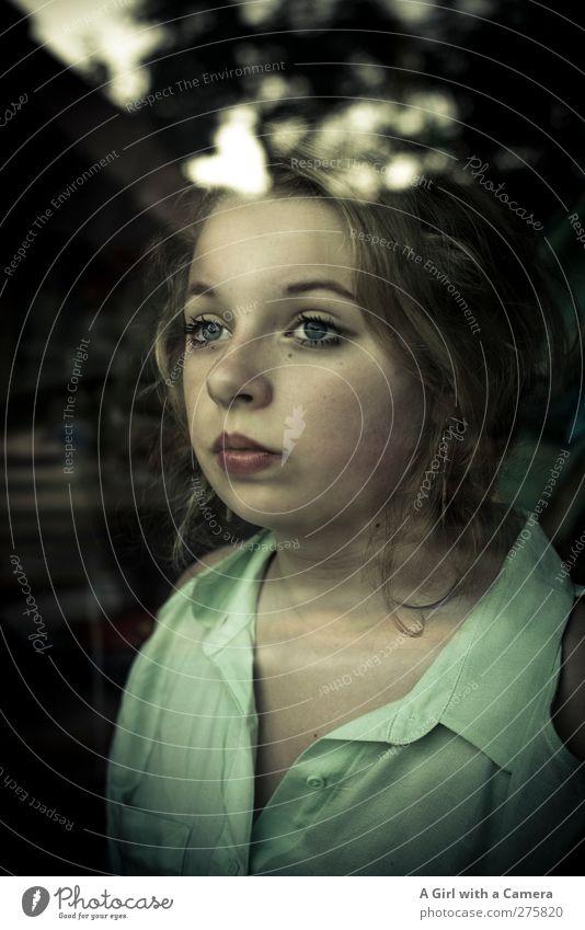 take it from me Mensch Kind Jugendliche grün schön Mädchen Gesicht feminin Leben Traurigkeit träumen Autofenster blond 13-18 Jahre Coolness einzigartig