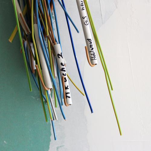 Kabelfitz Technik & Technologie Energiewirtschaft Schriftzeichen Schilder & Markierungen Netzwerk blau braun gelb grau grün schwarz weiß Trockenbauwand Linie