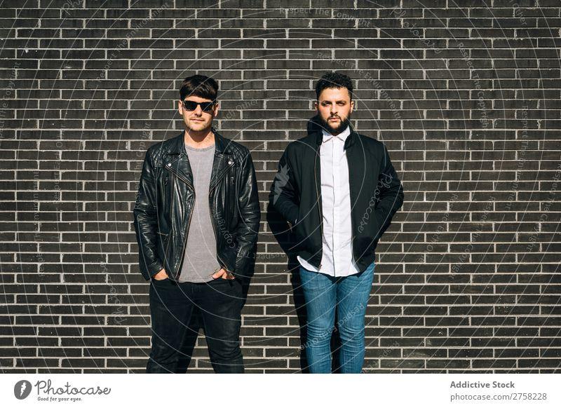 Schwules Paar an der Ziegelmauer Homosexualität paarweise stehen Wand Backstein Mann Liebe 2 Zusammensein Lifestyle Partnerschaft lässig Freund Freizeit & Hobby