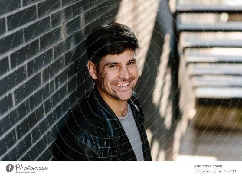 Lächelnder Mann in Lederjacke heiter Glück selbstbewußt Jugendliche Jacke Coolness Mensch Porträt modern Model modisch ernst lässig gutaussehend Typ Erwachsene