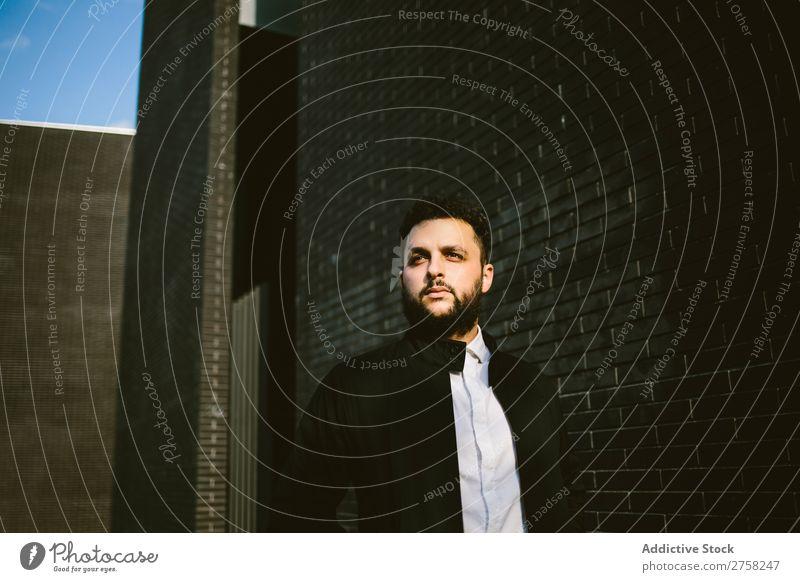 Denkt an einen Mann an der Ziegelmauer. Wegsehen Fürsorge besinnlich Stil Backstein Wand stehen selbstbewußt Jugendliche Coolness Mensch Porträt modern Model