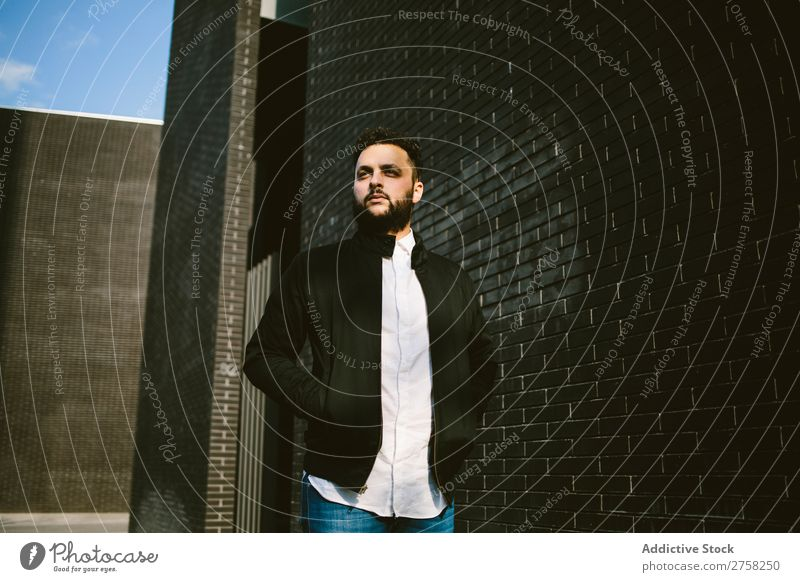 Denkender Mann an der Ziegelmauer Wegsehen nachdenklich besinnlich stylisch Baustein Wand Stehen selbstbewusst jung cool Person Porträt modern Model modisch