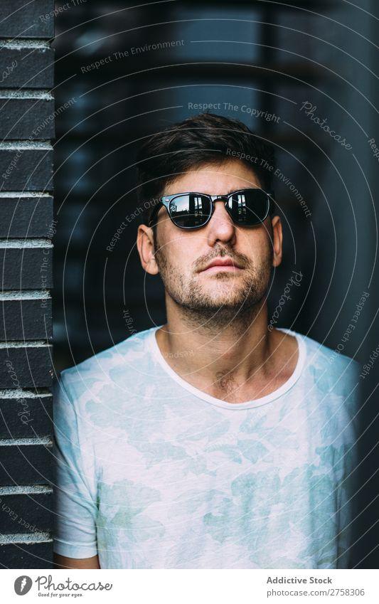 Mann mit Sonnenbrille ernst sonnig selbstbewusst jung cool Person Porträt modern Model modisch männlich lässig gutaussehend Typ Erwachsener Kaukasier posierend