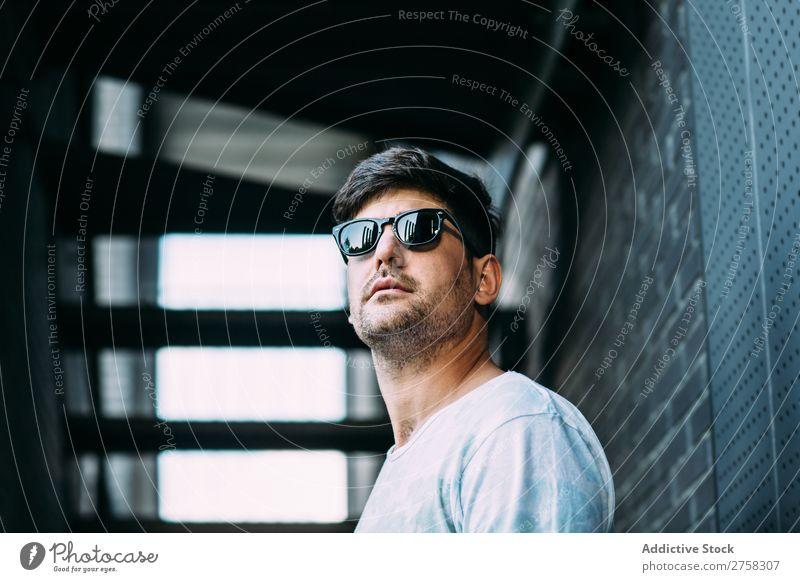 Mann mit Sonnenbrille heiter Lächeln Glück selbstbewusst jung cool Person Porträt modern Model modisch männlich ernst lässig gutaussehend Typ Erwachsener