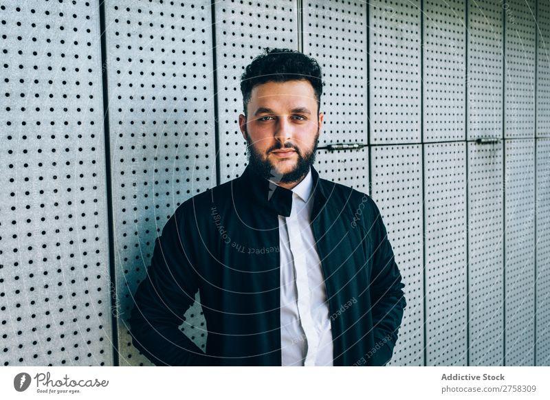 Junger trendiger Mann mit Blick auf die Kamera Sonnenbrille Blick in die Kamera Fürsorge besinnlich Stil Backstein Wand stehen selbstbewußt Jugendliche Coolness