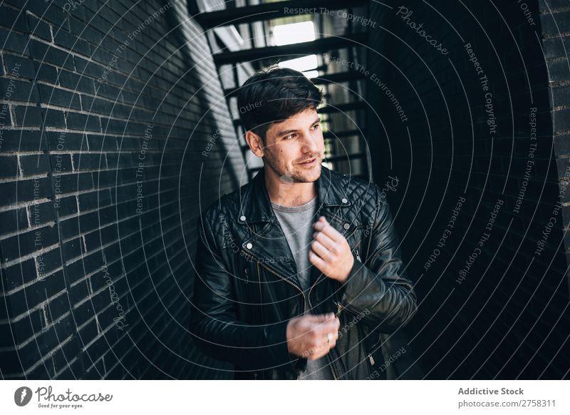 Selbstbewusster Mann in Lederjacke Jugendliche selbstbewußt Jacke Coolness Mensch Porträt modern Model modisch ernst heiter Lächeln lässig gutaussehend Typ