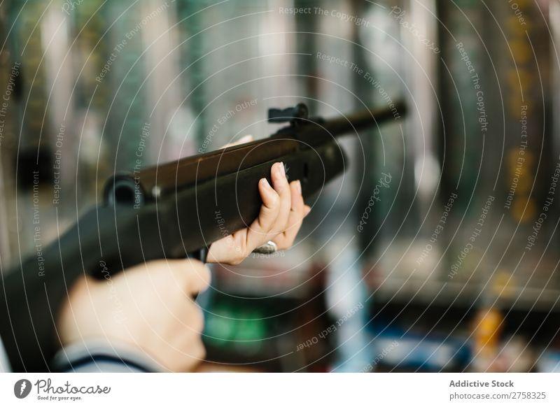 Frau, die auf den Schießstand zielt Ambitus Pistole Park Training Person rosa üben hübsch Spaß Hobby Lifestyle Porträt jung Schießen Ziel Waffe Beteiligung