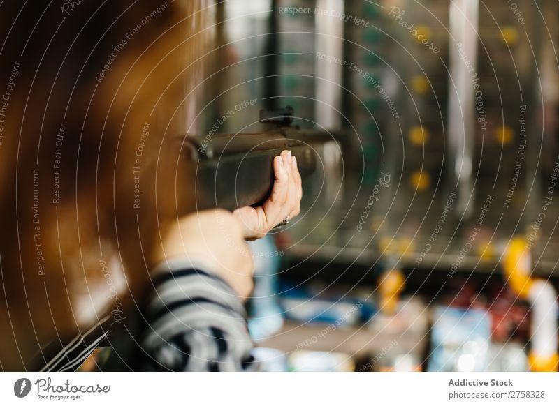 Frau, die auf dem Schießstand zielt. Reichweite Pistole Park Fitness Mensch rosa üben hübsch Freude Freizeit & Hobby Lifestyle Porträt Jugendliche Schießen