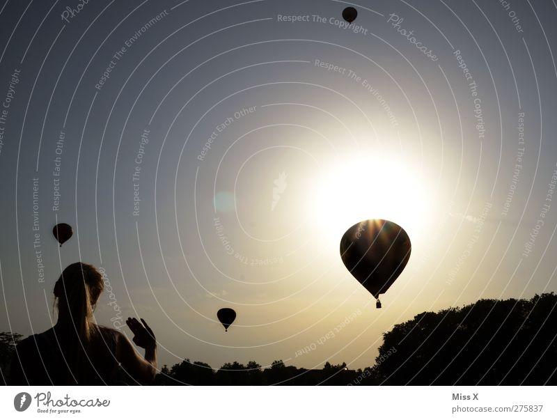 goodbye Mensch Frau Einsamkeit Erwachsene Ferne feminin Gefühle Freiheit Luft Stimmung fliegen Schönes Wetter fahren Ballone Wolkenloser Himmel Abschied