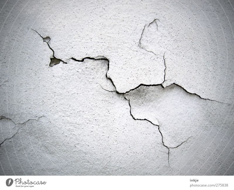Es SCHLÜPFT!! Menschenleer Ruine Mauer Wand Fassade Linie alt kaputt unbeständig Misserfolg Verfall Vergänglichkeit Wandel & Veränderung Zerstörung Riss