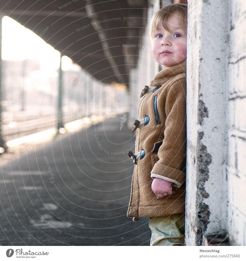 neulich mit Moritz... maskulin Kind 1 Mensch 1-3 Jahre Kleinkind Stadt Bahnhof Mauer Wand Blick stehen warten authentisch nah Neugier niedlich braun gold