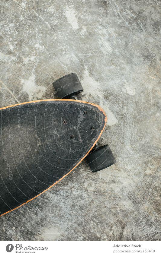 Nahaufnahme des Skateboards aus der Vogelperspektive Etage Feldfrüchte Skateboarding Sport schließen Schlittschuhe Longboard Holzplatte Gerät Schlittschuhlaufen