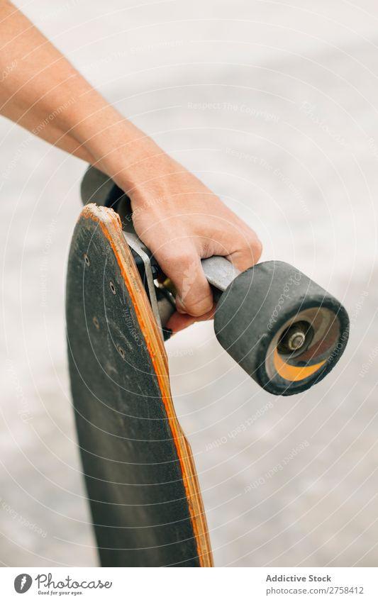 Handgehaltenes Skateboard Freizeit & Hobby Aktion Sport Schlittschuhe Skateboarding Skateboarderin Schlittschuhlaufen Holzplatte Longboard sportlich Erholung