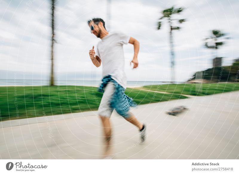 Mann beim Schlittschuhlaufen am Meer Freude rennen Unschärfe Außenaufnahme Aktion Ausritt sportlich Schlittschuhe Skater gutaussehend Jugendliche