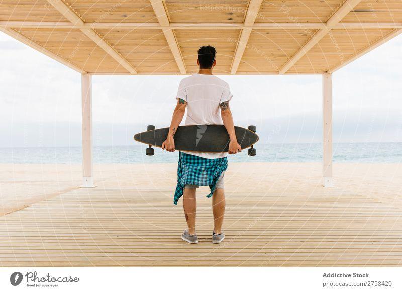 Mann mit Skateboard mit Blick auf das Meer Skateboarderin Küste Bekleidung trendy Freizeit & Hobby Jugendliche Ferien & Urlaub & Reisen schön Landschaft Aktion