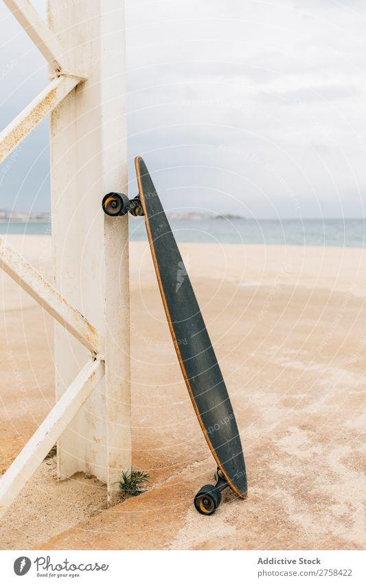 Longboard am Strand Ferien & Urlaub & Reisen Sonne Himmel schön Menschenleer Außenaufnahme Textfreiraum Holzwand Skateboard Küste Freizeit & Hobby Sommer Sport