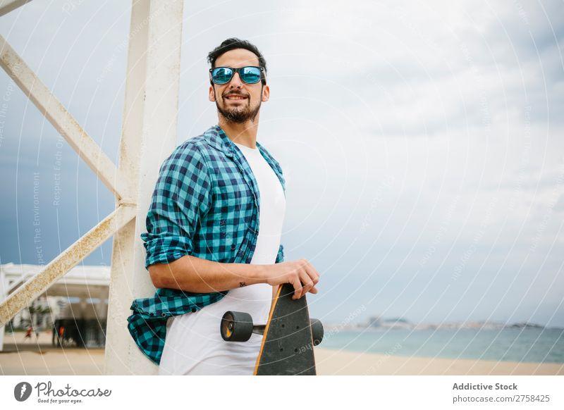Mann mit Skateboard am Strand Lächeln Jugendliche Küste Sommer Meer Schlittschuhe Sport Bekleidung lässig Longboard Freizeit & Hobby Aktion Freude Skateboarding