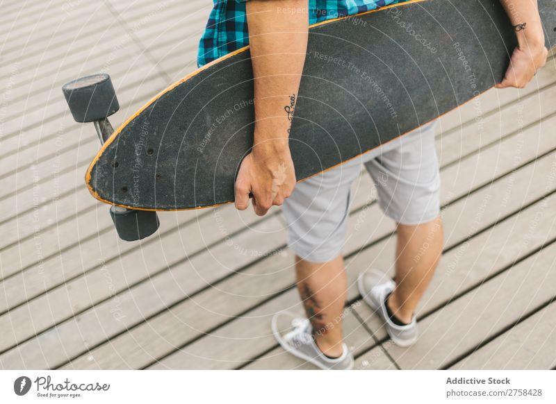 Nahaufnahme eines Mannes mit einem Longboard Skateboard Küste Strand Freizeit & Hobby Sommer mehrfarbig Youngster Aktion Jugendliche Sport Schlittschuhe