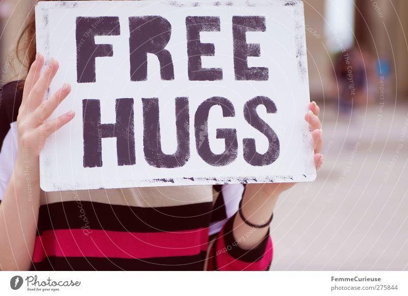 Na komm' her! 1 Mensch Kommunizieren Umarmen mögen kostenlos Schilder & Markierungen hochhalten Plakat Aktion Warmherzigkeit Zuneigung Fremder Frau Farbfoto