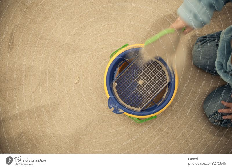 Ne Schippe drauflegen Mensch Kind blau Ferien & Urlaub & Reisen grün Sommer Strand Junge Sand braun Kindheit Kunststoff Kleinkind Sommerurlaub Kindergarten bauen