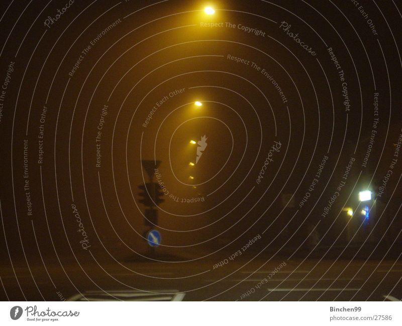 halb drei nachts Nacht Nebel dunkel Ampel Stadt Verkehr Verkehrsschild Straße Leternen Hamburg Mischung