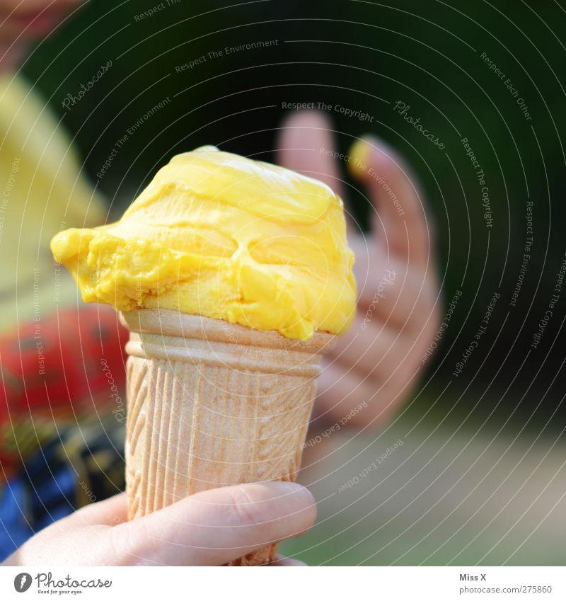 Eis Lebensmittel Speiseeis Ernährung Essen Kind Hand Finger kalt lecker gelb Eiswaffel Vanilleeis lutschen Sommer Farbfoto mehrfarbig Außenaufnahme Nahaufnahme