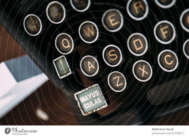 Tastatur einer klassischen Schreibmaschine Lateinisches Alphabet Antiquität Knöpfe Nahaufnahme ausleeren Gußeisen Vogelperspektive Grunge horizontal Schlüssel