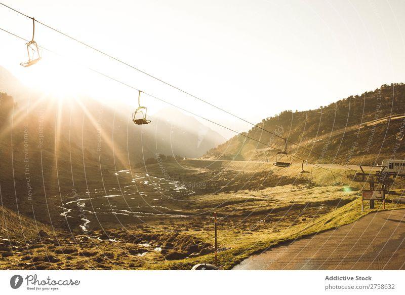 Seilbahn in sonnigen Bergen Hügel Berge u. Gebirge Natur Landschaft Felsen Ferien & Urlaub & Reisen Sonnenstrahlen Sonnenuntergang Abend schön Aussicht Sommer