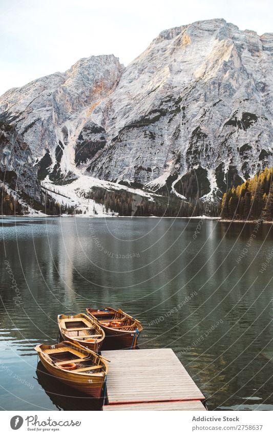 Schöne Gipfel und Boote am Pier Hügel Berge u. Gebirge Natur Anlegestelle Wasserfahrzeug Holz See ruhig Landschaft Ferien & Urlaub & Reisen schön Aussicht