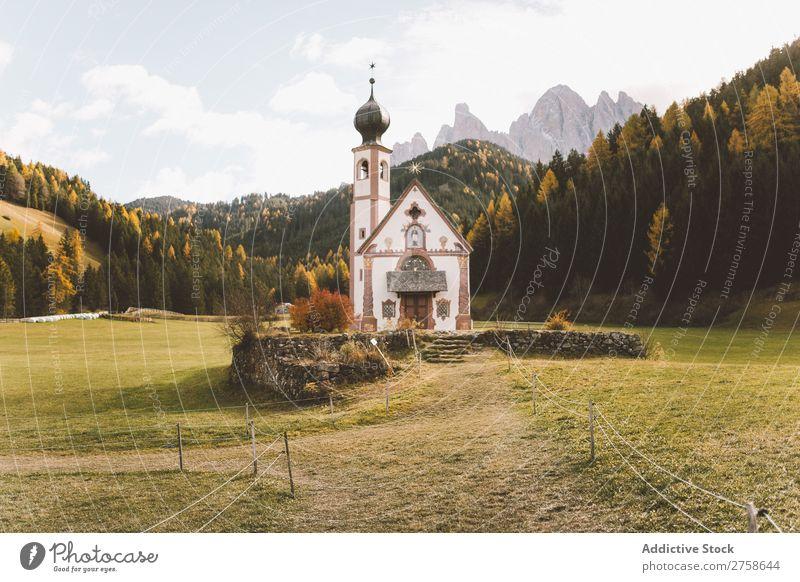 Kleine Kirche auf der Wiese klein Religion & Glaube Rasen Dom Architektur Christentum