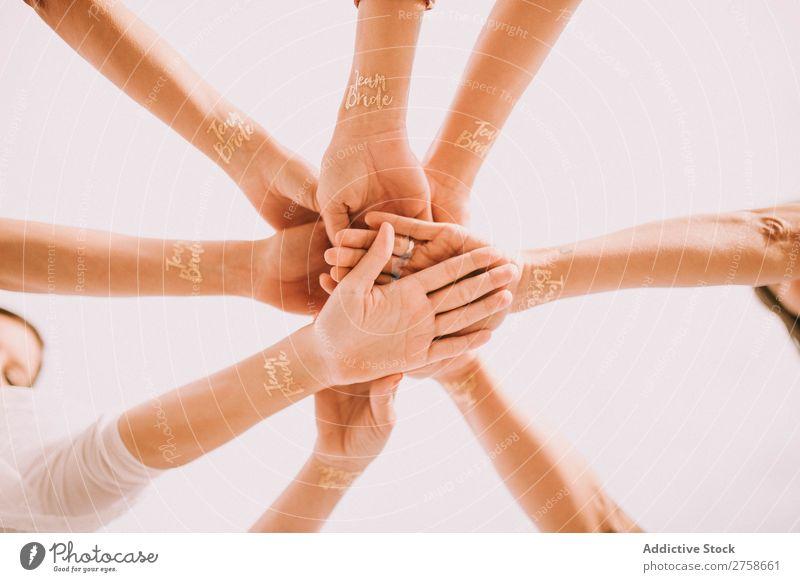 Hände von jubelnden Menschen im Kreis Hand Applaus Team Braut Menschengruppe Teamwork Zusammensein Geschäftspartner heiter Zusammenarbeit Freundschaft Erfolg