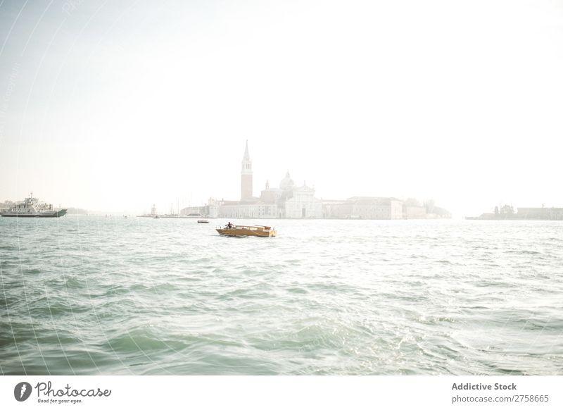 Kleines Boot im Wasser segeln Kanal Wasserfahrzeug Segeln Großstadt Gebäude Architektur Tourismus Ferien & Urlaub & Reisen Skyline Stadt Wahrzeichen historisch